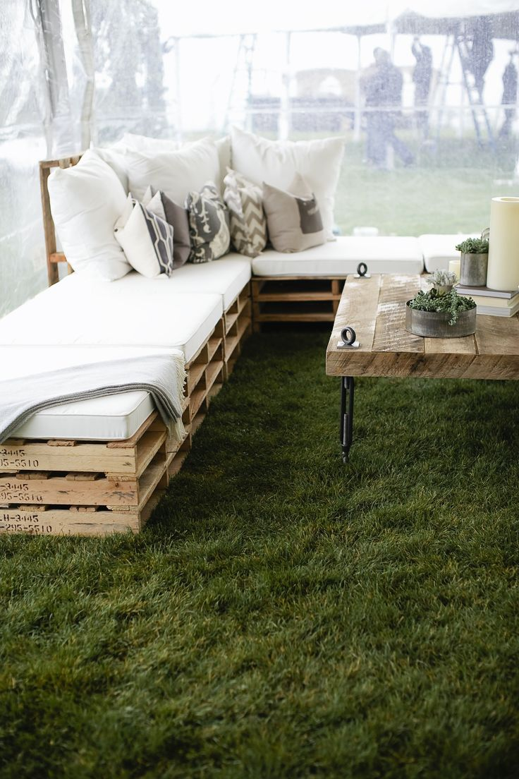 5 diy wood pallet ideas for your wedding for Sofa de palets exterior
